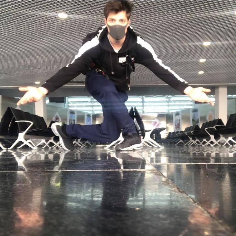 Magyar balett-táncos szórakoztatta a reptéren várakozókat